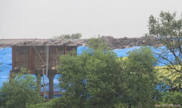 Rác ứ đọng chất thành núi tại Nhà máy Xử lý rác Thủy Phương gây ô nhiễm môi trường nghiêm trọng.  Ảnh: A.S